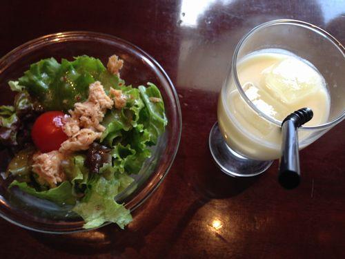 セットのサラダとドリンク.JPG